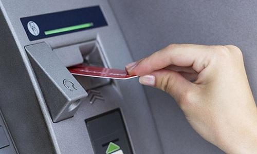 Cách rút tiền mặt bằng thẻ tín dụng tính lãi suất thấp nhất
