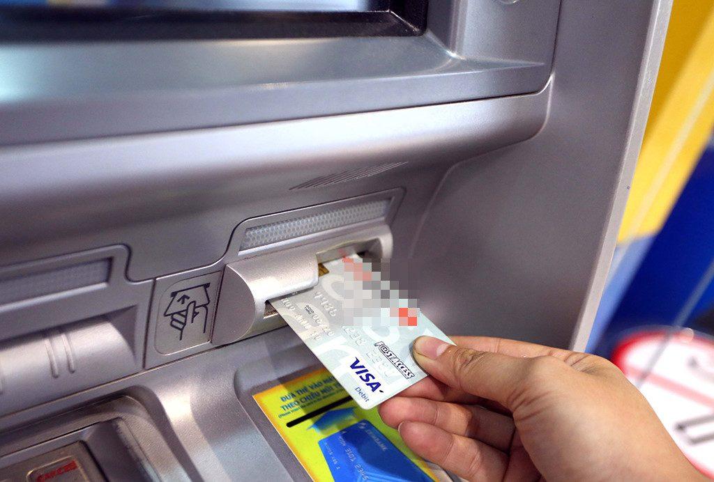 Rút tiền thẻ tín dụng tại ATM và cách tính phí