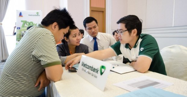 Nhân viên trao đổi với khách hàng về điều kiện vay tín chấp Vietcombank
