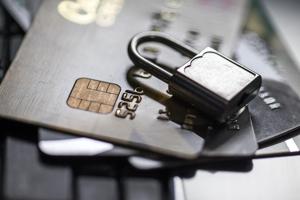 Thẻ ngân hàng bị khóa có rút được tiền không ?