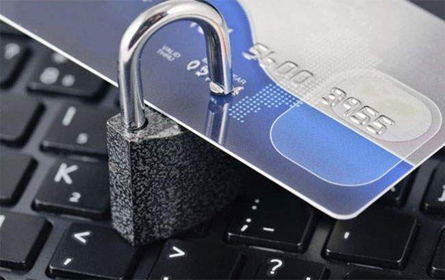 Thẻ ngân hàng bị khóa có rút được tiền không